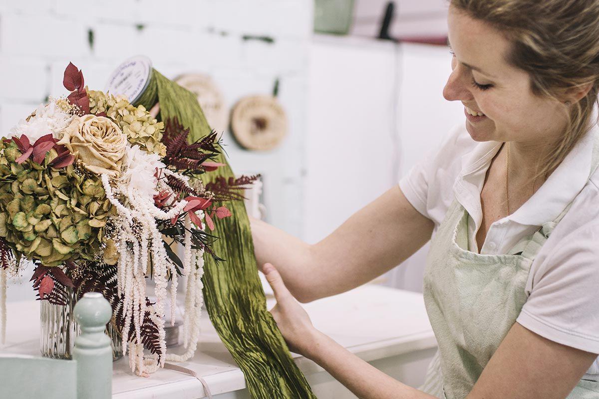 Fleuriste préparant une composition florale